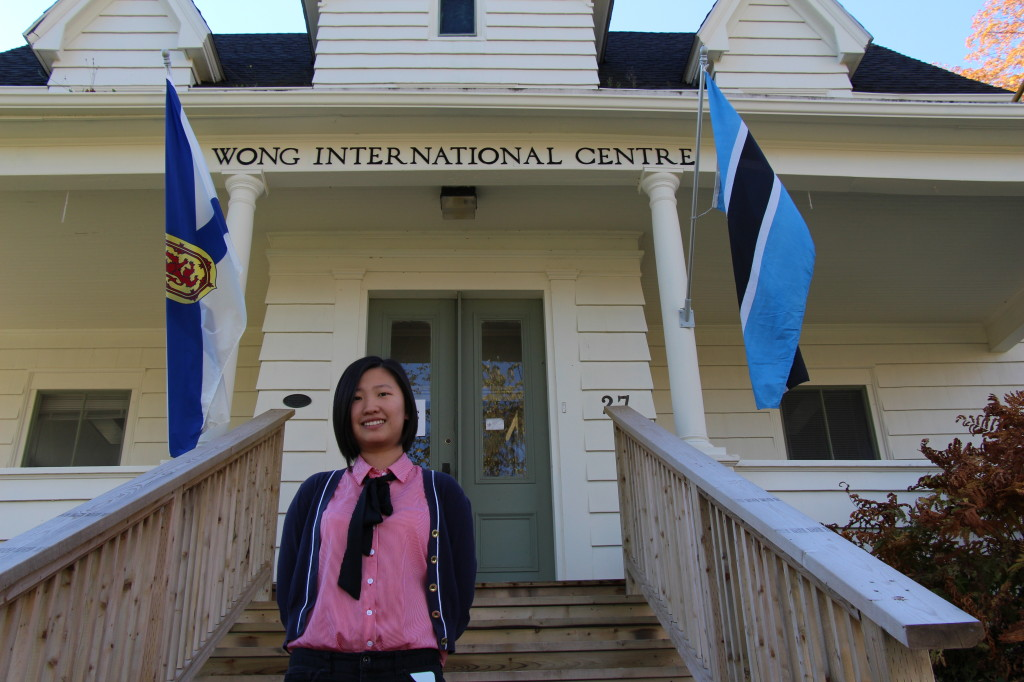 Xindi Di in front of the Wong Educational Centre at Acadia University. 狄新迪在阿卡迪亚大学国际留学生中心。
